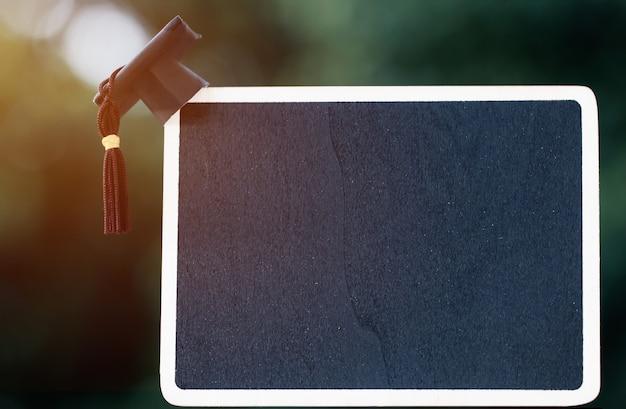 Diseño de banner graduación educación tapa en tiza vacía o tablero para texto marco de madera Foto Premium