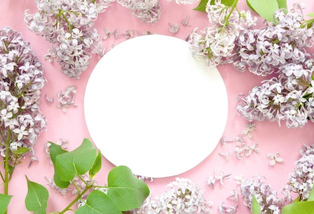 Diseño creativo de flores lilas con papel blanco. bosquejo. vista desde arriba. Foto Premium