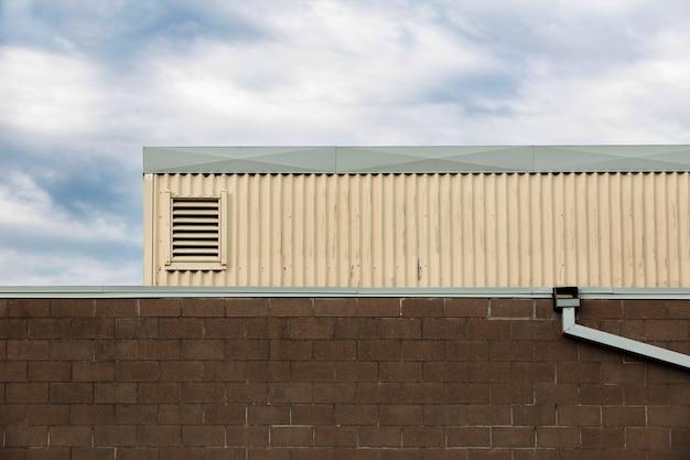 Diseño de edificio con pared de ladrillo y tubería. Foto gratis