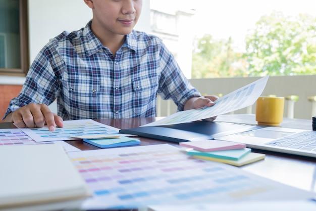 Diseño gráfico y muestras de color y bolígrafos sobre un escritorio. Foto Premium