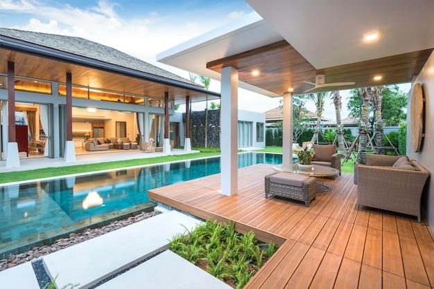 Dise o interior y exterior de villa de piscina con piscina for Diseno de casas con piscina interior