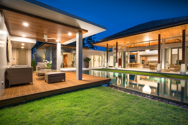 Dise o interior y exterior de villa de piscina con piscina for Fotos de casas con piscina interior