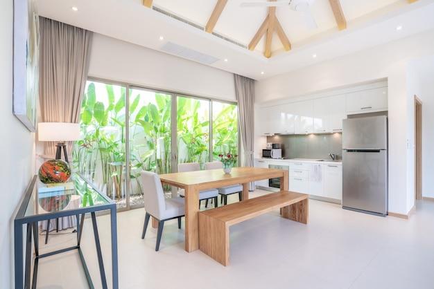 Diseño interior de lujo en sala y área de cocina con mesa de ...