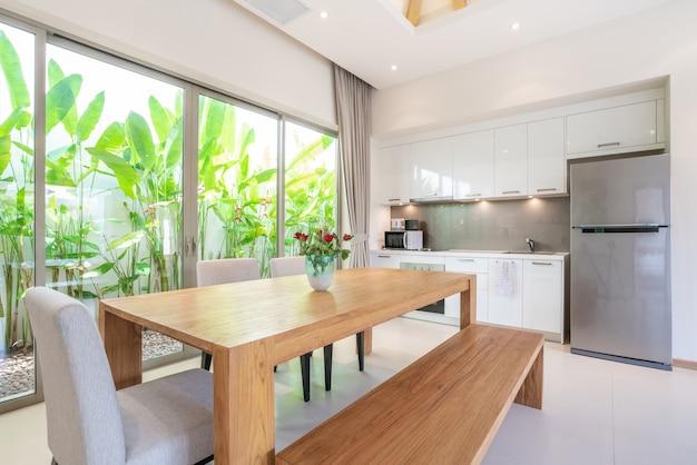 Diseño interior de lujo en sala y área de cocina con mesa de comedor ...