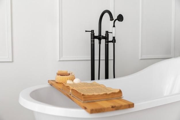 Diseño de interiores de baño con bañera. Foto Premium