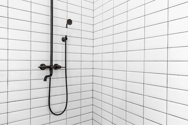 Diseño de interiores de baño con ducha pequeña. Foto Premium