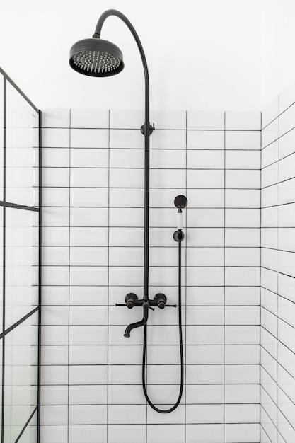Diseño de interiores de baño con ducha. Foto Premium