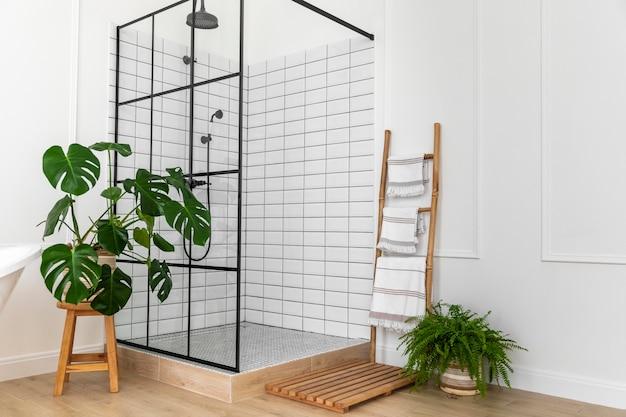 Diseño de interiores de baño con ducha. Foto gratis