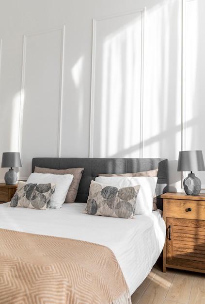 Diseño de interiores de dormitorio con almohadas en la cama. Foto Premium