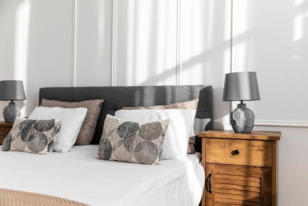 Diseño de interiores de dormitorio con cama. Foto Premium