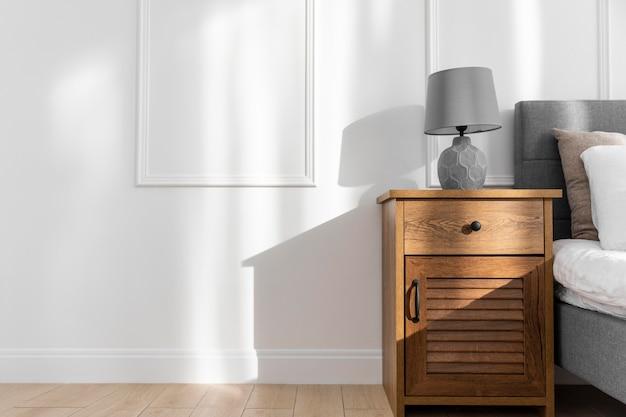 Diseño de interiores de dormitorio con mesita de noche. Foto Premium