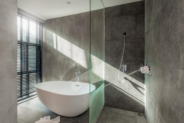 e342784aca46 Diseño de interiores estilo loft en baño de lujo con bañera, inodoro ...