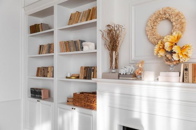 Diseño de interiores de sala de estar con librería. Foto gratis