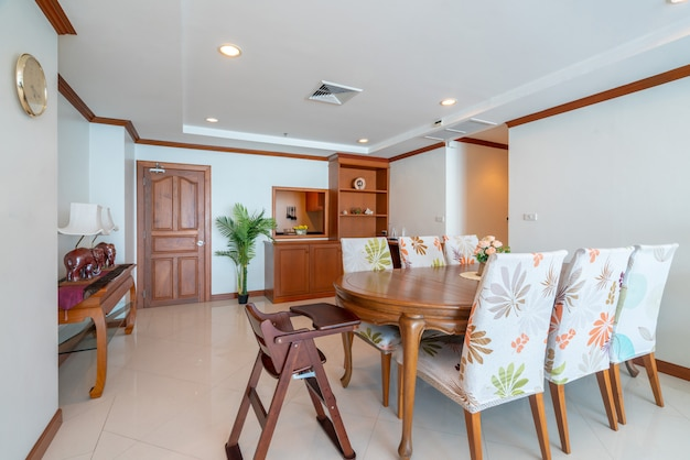 Diseño de interiores en salón con mesa de comedor de madera ...