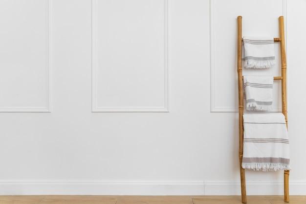 Diseño de interiores con toallas en escalera. Foto Premium