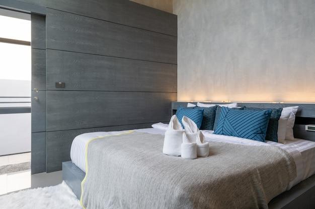 Diseño de loft interior en dormitorio moderno. Foto Premium