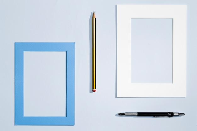 Diseño moderno de artículos de papelería y marco. Foto gratis