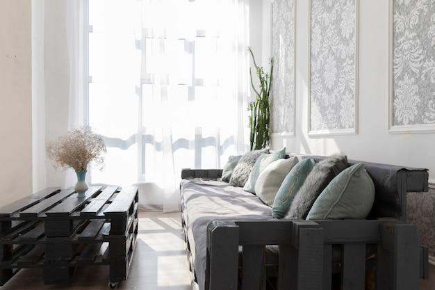 Diseño de sala de estar con un cómodo sofá. Foto gratis