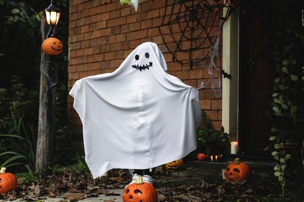 Disfraz fantasma para fiesta de halloween. Foto gratis