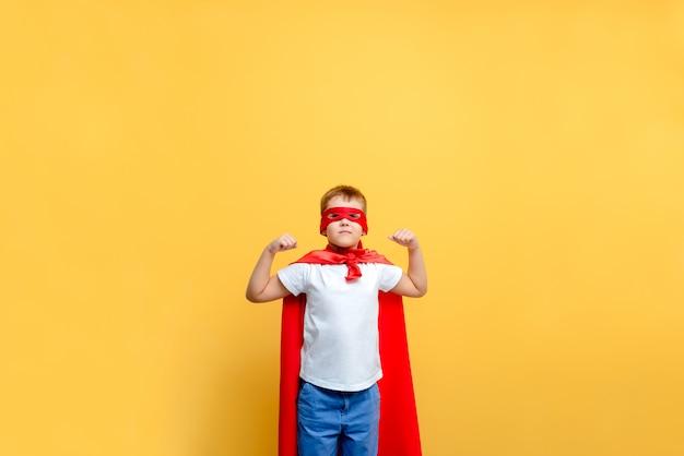 Disfraz de superhéroe infantil en el fondo Foto Premium