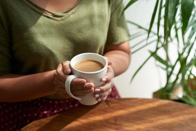 Disfrutando de un café en el acogedor café Foto gratis