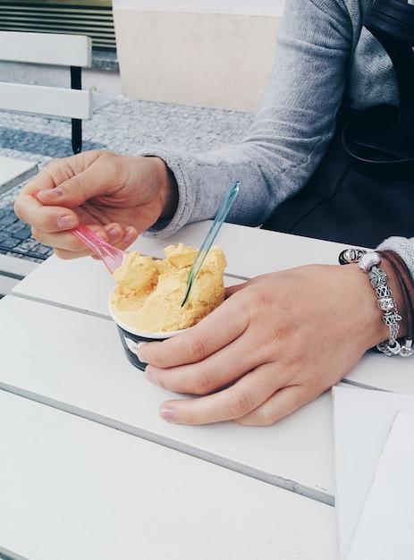 Disfrutando de un helado suave afuera Foto gratis