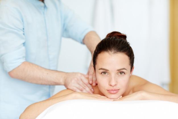 Disfrutando de masaje Foto gratis