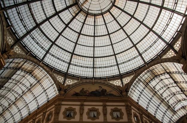 Disparo de ángulo bajo del techo de la histórica galleria vittorio emanuele ii en milán, italia Foto gratis