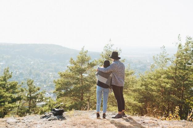 Disparo completo pareja juntos al aire libre Foto gratis