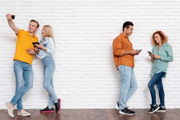 Disparo completo parejas junto con teléfonos Foto gratis