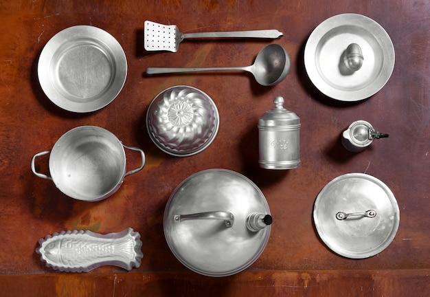 Disposición de bodegones de utensilios de cocina de aluminio. Foto Premium