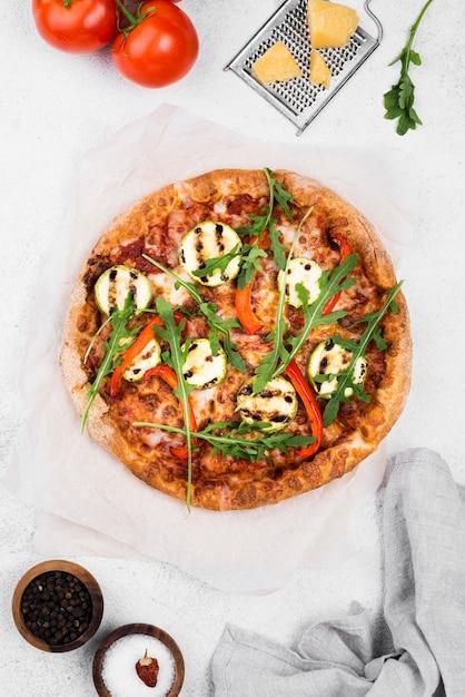 Disposición de pizza de rúcula plana Foto gratis