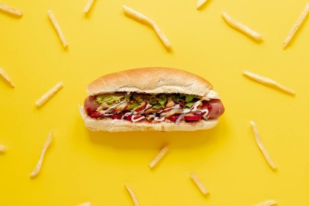 Disposición plana con hot dog y papas fritas Foto Premium