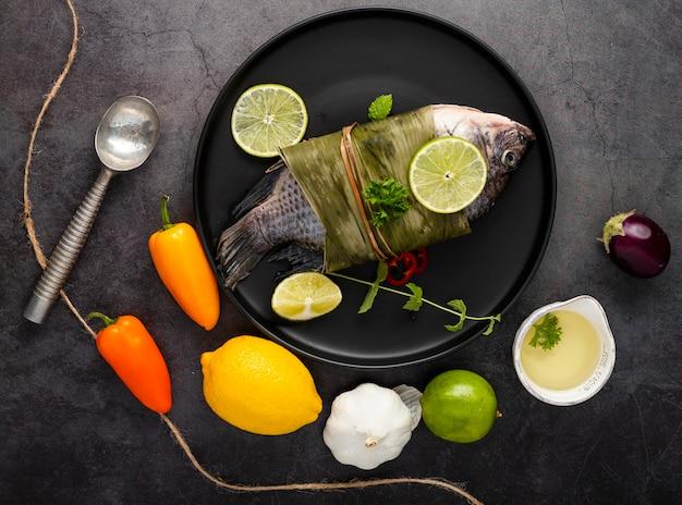 Disposición plana con pimientos y pescado. Foto gratis