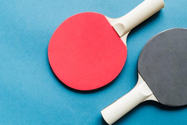 Disposición de raquetas de tenis de mesa. Foto gratis