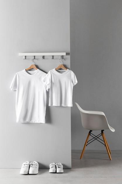 Disposición de la ropa de padre e hijo. Foto gratis