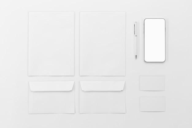 Disposición del sobre y del teléfono de la vista superior Foto gratis