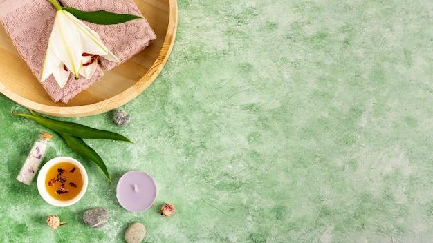 Disposición de spa plana en fondo verde Foto gratis