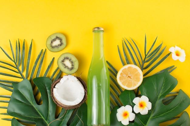 Disposición tropical de frutas y bebidas. Foto gratis