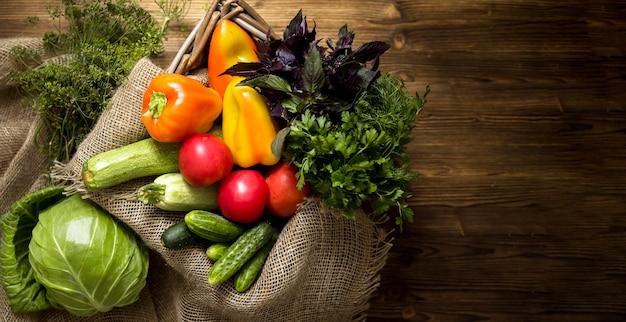 Disposición de verduras frescas otoñales con espacio de copia Foto gratis