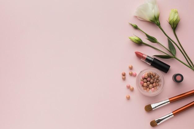 Disposición de la vista superior con maquillaje y espacio de copia Foto gratis