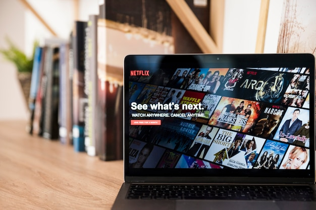 Dispositivo tecnológico con app de netflix Foto gratis