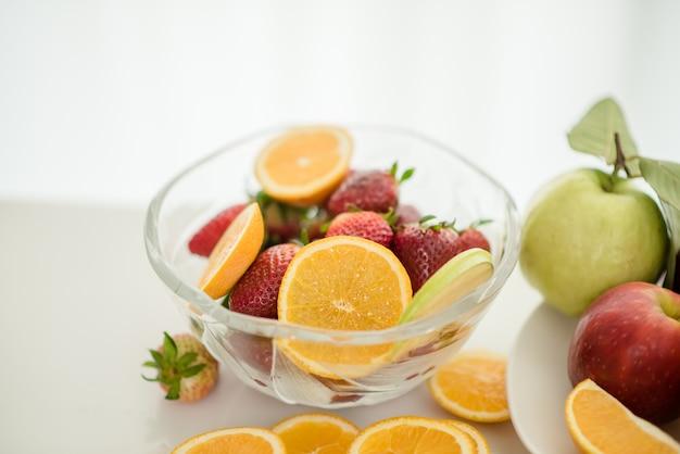 Diversas frutas, alimentación saludable y concepto saludable. Foto gratis