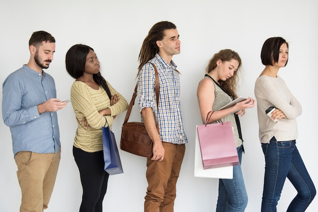 Diversas personas haciendo cola en línea estudio Foto Premium