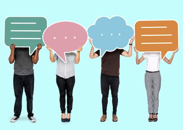 Diversas personas mostrando símbolos de burbujas de discurso Foto gratis
