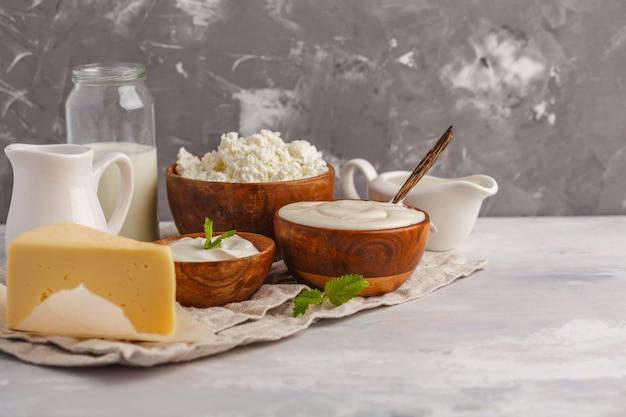 Diversos tipos de productos lácteos en el fondo gris blanco, espacio de la copia. fondo de alimentos, concepto de alimentos saludables Foto Premium