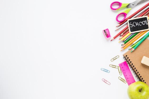 Diversos útiles escolares sobre fondo blanco. Foto gratis