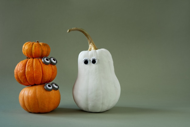Divertidas calabazas de halloween con ojos saltones en verde Foto Premium