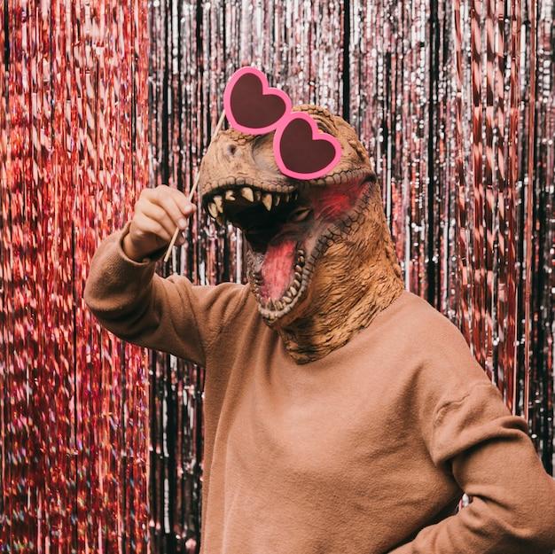 Divertido dinosaurio con gafas de sol Foto gratis