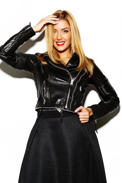 Divertido glamour loco elegante sexy sonriendo hermosa rubia joven modelo en ropa hipster negro Foto gratis